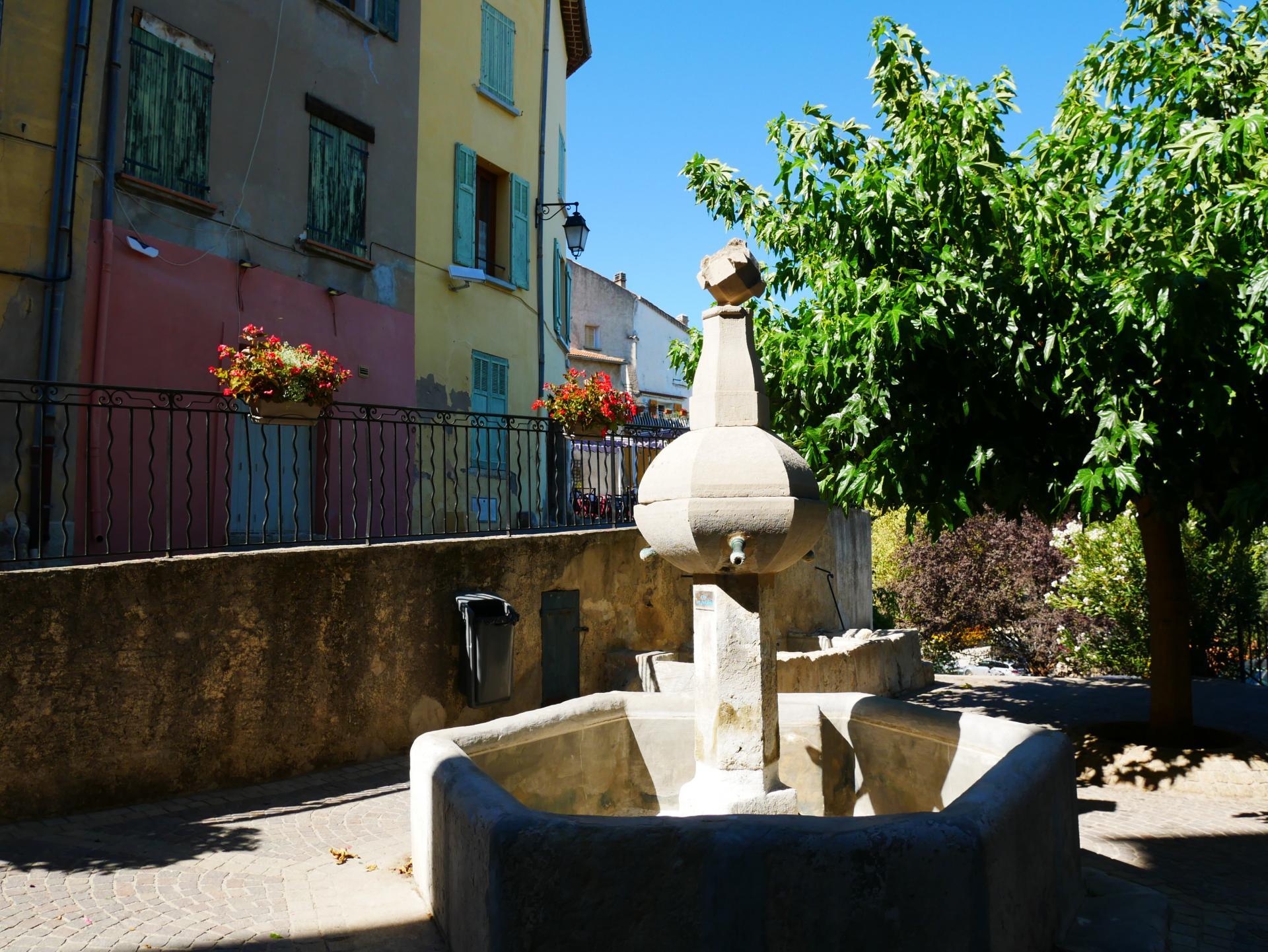 Callas village perche en provence verte proche gorge du verdon et saint raphael 2 2