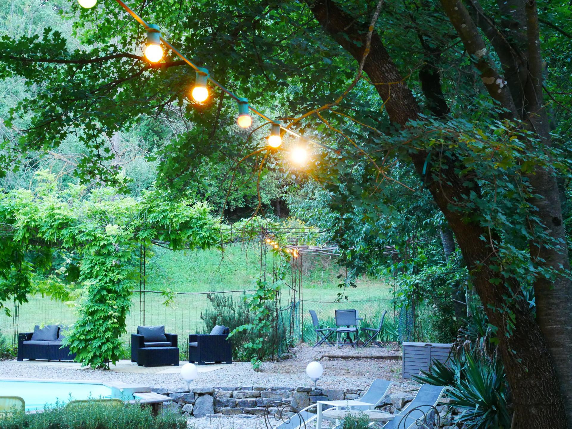 L espace piscine et jardin des gites du moulin pres de fayence dans le var 4